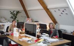 Chefredakteurin Jessica, Redakteurin Irene Scheltes im Büro. Die beiden mögen ihren Job. Das merkt man.  (c) buendia bee